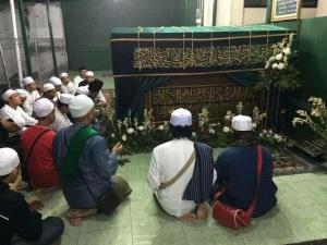 Mereka mengajar masyarakat kita berdoa menggunakan orang mati sebagai perantara